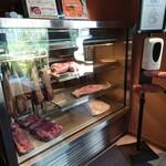 表参道焼肉 KINTAN - 玄関を入った瞬間、目に飛び込む冷蔵ショーケース。