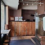表参道焼肉 KINTAN - 待合(椅子2個)から入口のカウンター。