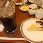 15719561 - 「北海道日本ハムファイターズ 夢と感動をありがとうセール」のケーキセット 840円 【 2012年11月 】