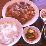 中国料理聚仙 - 牛肉と白菜炒め定食  今日もまたまた、中華なランチです。 本日のオススメの牛肉と白菜炒め定食です。 大きな牛肉の塊と春雨と白菜が絶妙に絡んでなかなかでした。  これで680円は激安です。