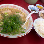 ラーメン一魂 - 料理写真:「ラーメンセットA」(800円)。ラーメン+ギョーザ(5ヶ)+小めしのセット。