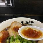 157211092 - 油の浮いたスープが熱々 うま〜い!!