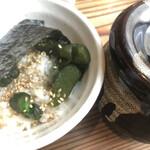 横浜家系ラーメン 満月家 - 料理写真:ゴマとキュウリの漬物は必須です