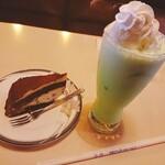 157257356 - ショコラズコット 単品(¥580)、ミルクシェイク(¥630)。                       ケーキは業務用かも。