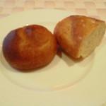 15731924 - パン。2種類。バゲットも美味しかったし、丸いパンも美味しかった。