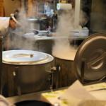 田中商店 - 2012.11 巨大な寸胴から白煙が上がり、店内は少し豚骨臭がします