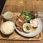 チャムアパートメント - 豚肩ロースの生姜焼き定食1,200円