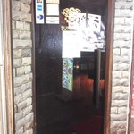 ヘルメスワインコーナー - スモークガラス扉を開けて地下へ。