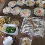 塩田 - テーブルに並ぶサイドメニュー。好きなものをチョイスして、料金は後払い。
