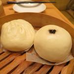 鼎泰豐 - 肉入り饅頭と胡麻餡入り饅頭