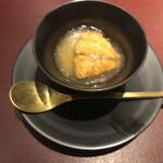 157357418 - 冷製カッペリーニ 三河湾赤雲丹 コンソメのジュレ                       →この夜の最初の一品は大振りな赤雲丹とたっぷりのコンソメのジュレがトッピングされた冷製カッペリーニから♪