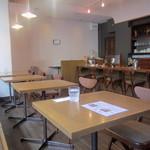 喫茶 アカリマチ - テーブル席2つ。