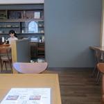 喫茶 アカリマチ - 窓際に小さなお席。