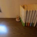 喫茶 アカリマチ - 窓際席にある本。。