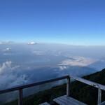 157389776 - 山中湖が雲の隙間から見えました。河口湖も時折見えました。