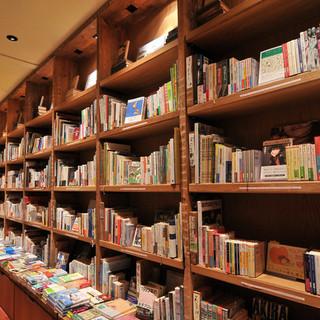 2,500冊以上の本を販売。席で見ることも出来ます。