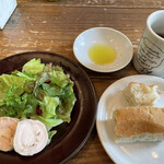 ロイヤルガーデンカフェ - パスタランチのサラダとフォカッチャ