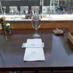 千疋屋レストラン BIWAWA - 独り席からは通りを眺めることができます