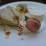 千疋屋レストラン BIWAWA - デザート:ローズマリーのパンナコッタとシフォンケーキとフルーツ盛り合わせ