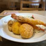 洋食堂 はなや - ◆有頭海老2尾、蟹クリームコロッケ2個・・海老は大きく甘いこと。カニクリームコロッケは「ペシャメルソース」から作られているそうですが、コレ美味しい。