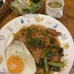 珈琲園 - 料理写真:喫茶店のナポリタン 目玉焼き付800円 お得なランチセットのサラダ400円
