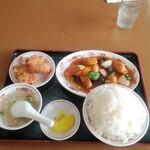 157433967 - 日替りランチB酢豚+鶏唐揚(2コ)定食ご飯大盛り