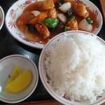 157433968 - 日替りランチB酢豚+鶏唐揚(2コ)定食ご飯大盛り