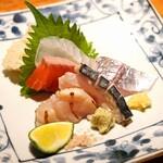 157488853 - お造り  天草産の釣り鯵、天草産の酢〆めの鰆、天草産の平目、石巻産の昆布〆めの銀鮭、気仙沼産の炙り帆立
