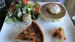 フォンテーヌ - ミニカレーとキッシュのセット。野菜たっぷり!キッシュはサーモンがたっぷり!!