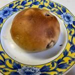 天然酵母ベーカリー トヰチ屋 - ぶどうマル160円。   甘さ控えめの生地にたっぷりのレーズンが入ってます。