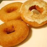 はらドーナッツ - 手前:丹波黒豆きなこ 奥:はらドーナッツ 右:季節のフルーツ(パイン)