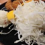 三九三 - ササミカツ定食820円税込のキャベツとポテサラ