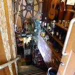 欧風屋 - 地下の店内へ続く階段の雰囲気