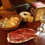 スペインバル ティオ・ダンジョウ - 白ワイングラスとイベリコの生ハム