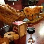 スペインバル ティオ・ダンジョウ - 赤ワイングラス 生ハムは手前がイベリコ