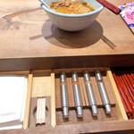 157523963 - テーブルの引き出しを引くとお箸が入ってます
