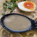 157538788 - スープは濃厚ですが、ドロドロしすぎていません。胡椒が効いた軽い泡タイプ。