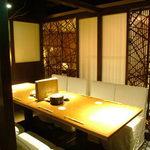 月の坊 - 店内中央の半個室のゆったりソファーテーブル