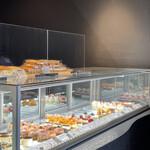 アンジェリック - 料理写真:ショーケース内はケーキいっぱい!ショーケースの上はアップルパイいっぱい。