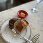 フランス食堂 シェ・モア - パン、2種。結構しっかり焼かれている。