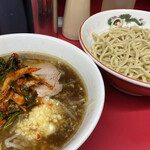 ラーメン二郎 - 麺少なめ ラーメン(780円)+つけ(100円)+九条ねぎキムチ(100円)+、ニンニクコール