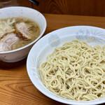 157612485 - ラーメン豚2枚(780円)ニンニクアブラ+つけ麺(100円)