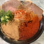 157649229 - とことんハーフ(850円税込)です。トロトロ鶏スープに魚粉と赤唐辛子が半分ずつ。