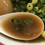和歌山ラーメン まる岡 - 癖のない豚骨スープ