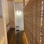 157659246 - 店内も白木を貴重としたジャパニーズモダンな佇まい。格子のパーテーションがカッコイイ(๑•̀⌄ー́๑)b