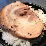らぁめん 喜乃壺 - 白飯(バラチャーシューが乗ってる)