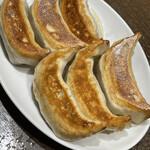 天鴻餃子房 - 対照的に大きくて肉々しい黒豚餃子 肉汁たっぷりです