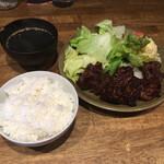 157698986 - サラダのドレッシングと焼肉のタレが私好みだが、客も店員も男性ばかりで雰囲気は好みからハズレたな。…。しかたないので店の雰囲気から減点しておこう。