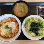 かつや - カツ丼(梅) 539円,とん汁(小)・サラダセット 220円