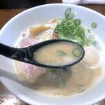 らあめん こそっと - スープは鶏ガラをじっくり煮込んで乳化させた白湯スープ。